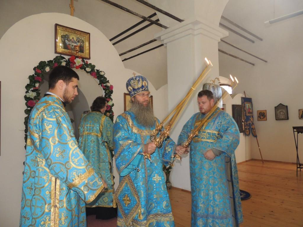 Божественная литургия в храме иконы Божией Матери именуемой Знамение.