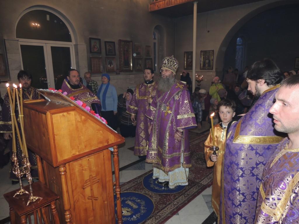 Всенощное бдение с выносом Честнаго и Животворящего Креста Господня в храме Святого Духа Утешителя в г. Жирновске.