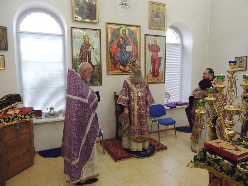 В Неделю Крестопоклонную Епископ Елисей совершил Божественную Литургию в храме Святой Троицы в р.п. Красный Яр, Жирновского района.