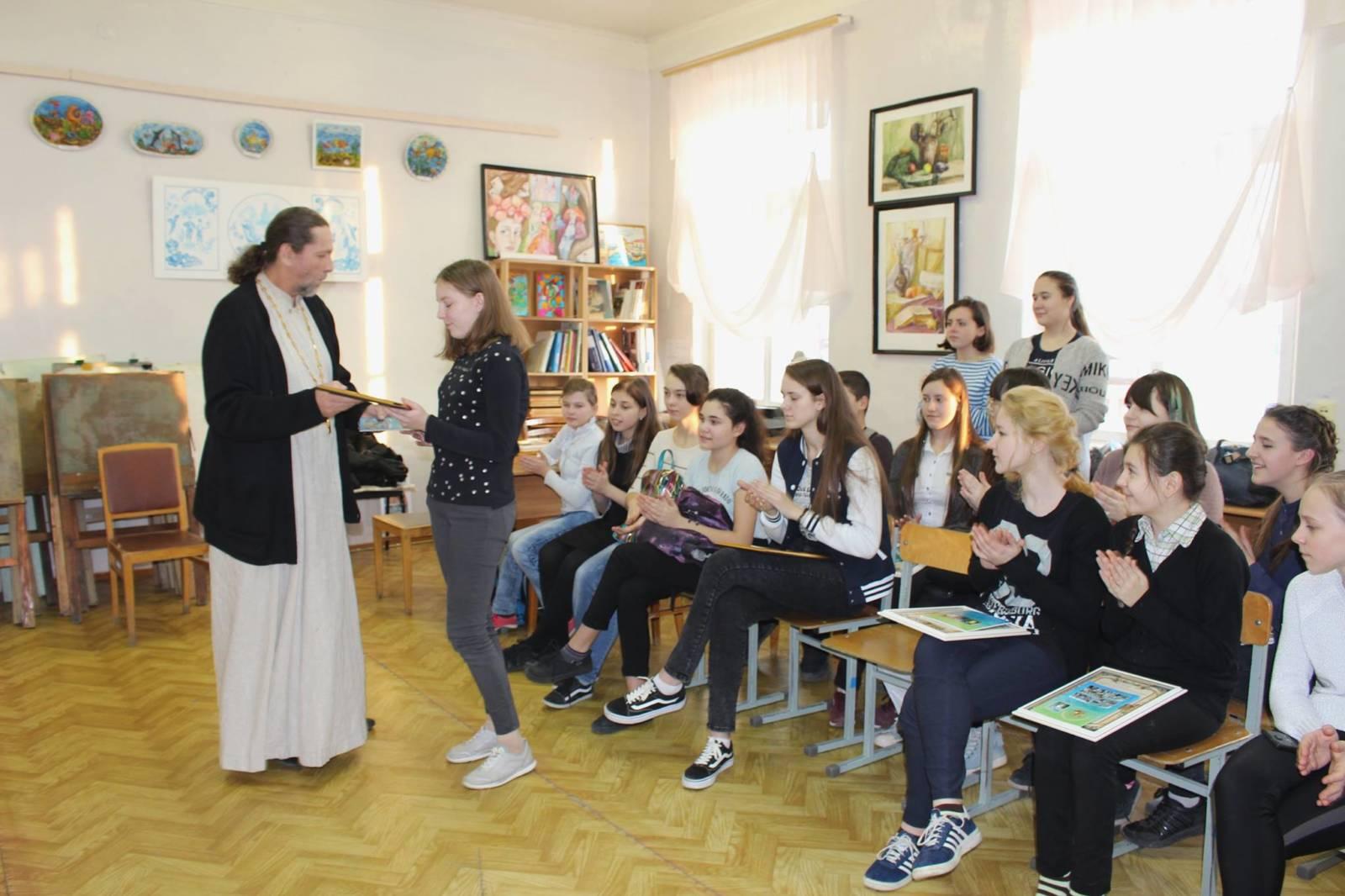 Иерей Аркадий Власов посетил детскую школу искусств г. Фролово.