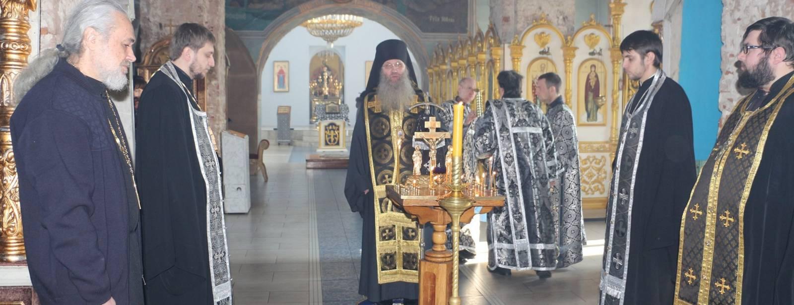 Епископ Елисей совершил заупокойную литию по погибшим прихожанам в Георгиевском соборе Кизляра.