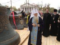 Главные колокола водрузили на звонницу строящегося собора Александра Невского.