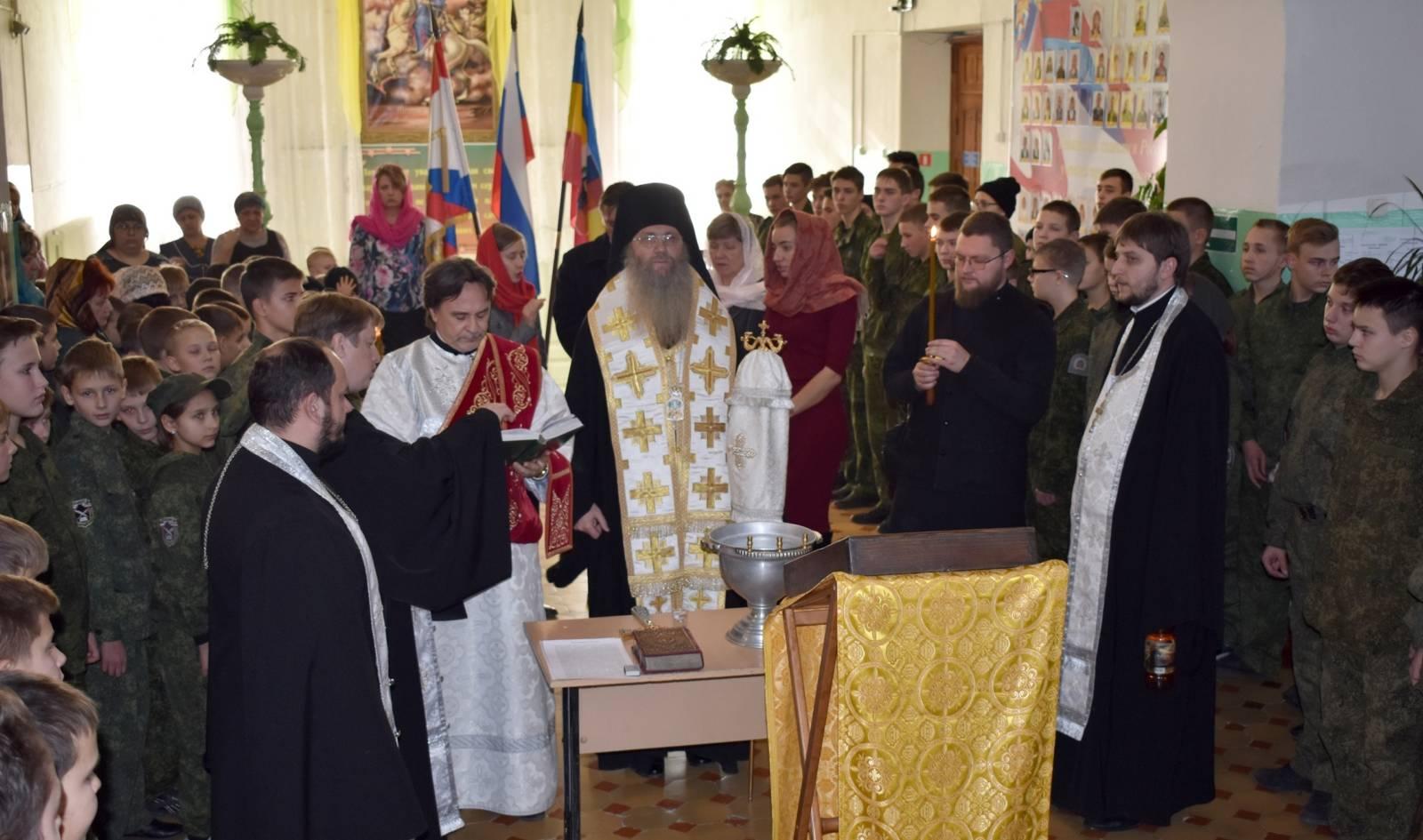 Молебен Архистратигу Божию Михаилу в Урюпинской кадетской школе.