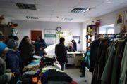 Центр гуманитарной помощи «Доброе сердце» вручает наборы с продуктами и бытовой химией.