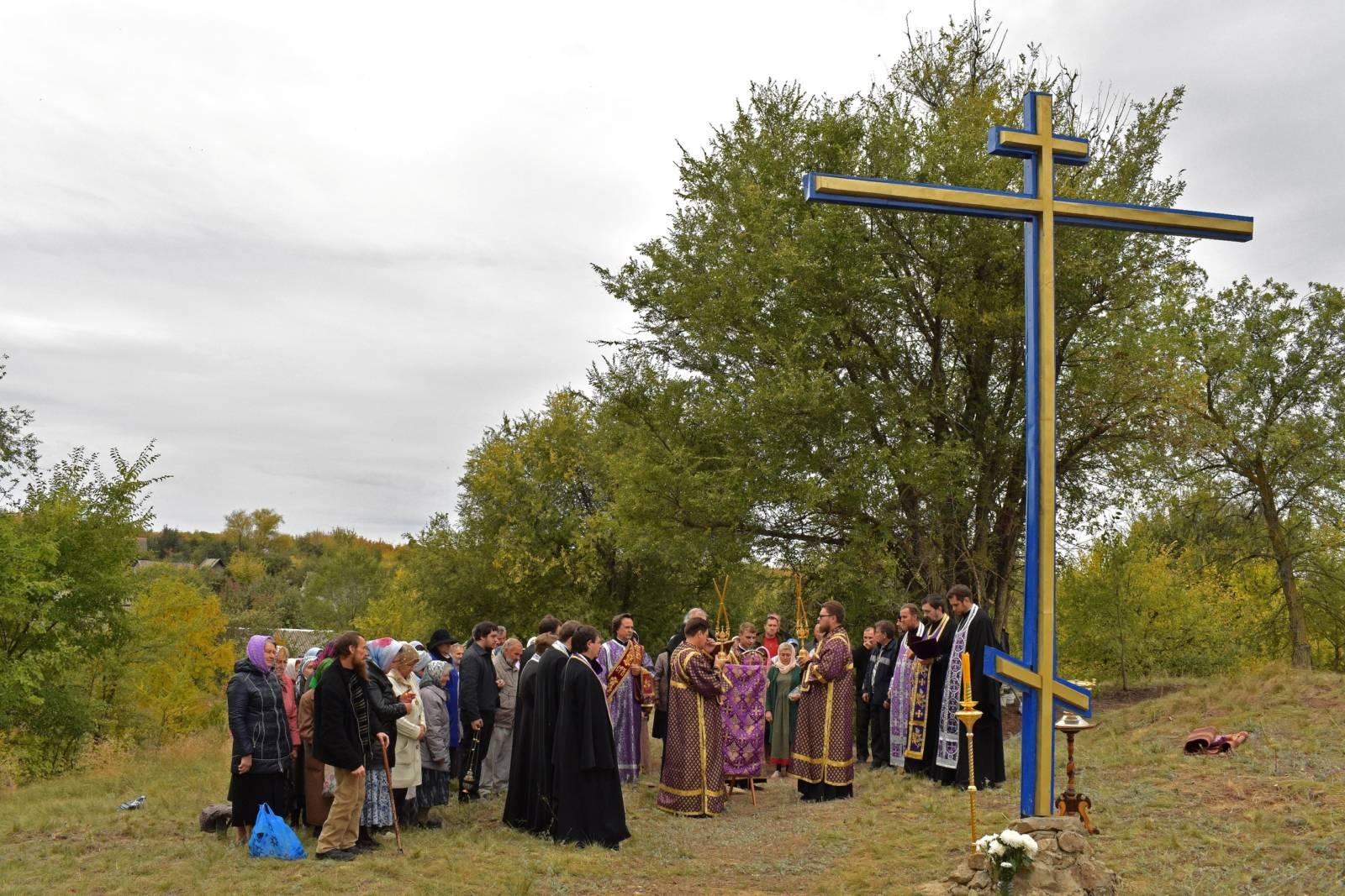 Освящение поклонного креста на святом источнике